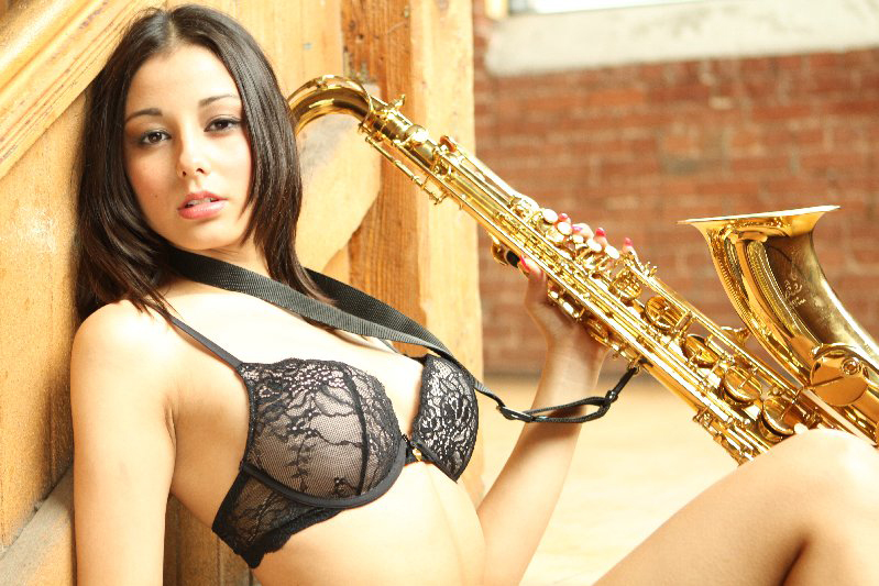 Photography workshop in Montreal- The girl with a saxophone. Author Greg. (3)